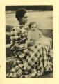 Elvira de Almada Negreiros com o filho José