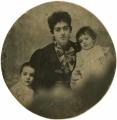 José e António de Almada Negreiros com a mãe e o irmão